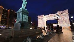 L'illumination de vacances de Noël et de nouvelle année au centre de la ville de Moscou Pushkin ajustent la nuit, Russie banque de vidéos