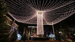 L'illumination de vacances de Noël et de nouvelle année au centre de la ville de Moscou sur Tverskaya ajustent la nuit, Russie banque de vidéos