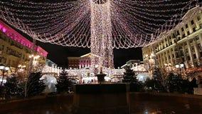 L'illumination de vacances de Noël et de nouvelle année au centre de la ville de Moscou sur Tverskaya ajustent la nuit, Russie clips vidéos