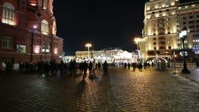 L'illumination et le Manege de vacances de Noël et de nouvelle année ajustent la nuit Moscou, Russie banque de vidéos