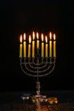 L'illuminazione Chanukah esamina in controluce la celebrazione Immagini Stock