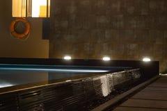 L'illuminazione del Poolside nell'oscurità con la sicurezza in mente e governa la a Fotografia Stock Libera da Diritti
