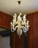 L'illuminazione di soffitto elegante si è accesa dalle lampadine principali Fotografia Stock Libera da Diritti