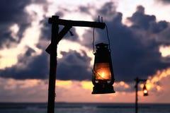 L'illuminazione e l'oceano Pacifico della lampada a olio della spiaggia al crepuscolo in Maldive è immagini stock