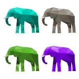 L'illustration avec l'ensemble de bleu, de vert, pourpre et gris a coloré l'éléphant triangulaire polygonal géométrique abstrait  Image stock