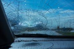 l'illustration de véhicule des accidents 3d a isolé le blanc rendu à l'intérieur de la voiture en verre d'avant de voiture soyez  Photo stock