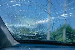 l'illustration de véhicule des accidents 3d a isolé le blanc rendu à l'intérieur de la voiture en verre d'avant de voiture soyez  Images stock