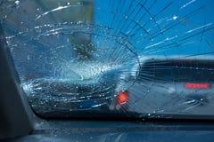 l'illustration de véhicule des accidents 3d a isolé le blanc rendu à l'intérieur de la voiture en verre d'avant de voiture soyez  Image stock