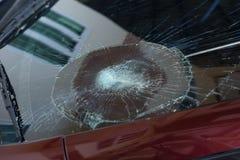 l'illustration de véhicule des accidents 3d a isolé le blanc rendu la voiture en verre avant sont cassée image pour la voiture, v Images libres de droits