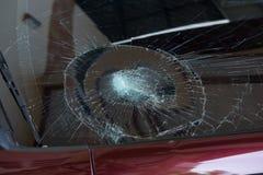 l'illustration de véhicule des accidents 3d a isolé le blanc rendu la voiture en verre avant sont cassée image pour la voiture, v Photographie stock