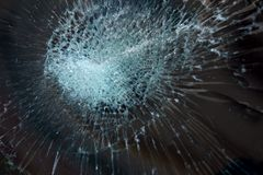 l'illustration de véhicule des accidents 3d a isolé le blanc rendu la voiture en verre avant sont cassée image pour la voiture, v Images stock