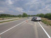 l'illustration de véhicule des accidents 3d a isolé le blanc rendu Voiture cassée d'accident sur la route Photos libres de droits
