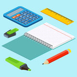 L'illustration isométrique sur un fond bleu avec la règle d'image, calculatrice, markerpen, crayonnent, ouvrent le bloc-notes Ill Photo stock