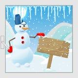 L'illustrazione del fumetto, pupazzo di neve divertente accanto ad un di legno firma dentro un paesaggio dell'inverno, la vista d Immagine Stock Libera da Diritti