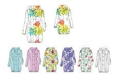 L'illustrazione della femmina ha decorato il cappotto di pioggia lungo incappucciato Fotografia Stock