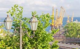 L'iluminazione pubblica e la parte del carico del mare port Fotografie Stock