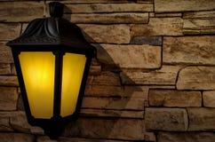 l'iluminazione pubblica tradizionale ha disposto su un fondo di pietra delle mattonelle fotografia stock libera da diritti