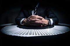 L'image abstraite de la pile de cartes de jeu au-dessus de l'avant du revendeur photos libres de droits