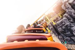 L'image abstraite des montagnes russes fonctionnant sur le rail en parc d'attractions images stock