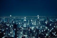 L'image abstraite du concept de technologie de connexion de réseau sans fil et de wifi avec la ville de Bangkok images stock