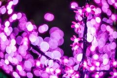 L'image abstraite hors focale s'allume dans la ville ou le ton rose-clair de nuit Images stock
