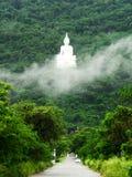 L'image blanche de Bouddha sur la montagne Images libres de droits