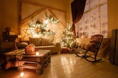 L'image calme du salon à la maison moderne intérieur a décoré l'arbre de Noël et les cadeaux, sofa, table couverte de couverture Image libre de droits