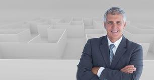 L'image composée de Digital de l'homme d'affaires avec des bras a croisé la position contre le labyrinthe photographie stock libre de droits