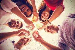 L'image composée de directement a ci-dessous tiré des amis ayant le cocktail tout en se tenant Photos libres de droits