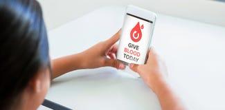 L'image composée de donnent le sang textotent aujourd'hui avec des icônes sur l'écran Photos stock