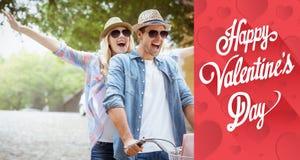 L'image composée de jeunes couples de hanche allant pour un vélo montent Photographie stock libre de droits