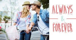 L'image composée de jeunes couples de hanche sur un vélo montent Images stock