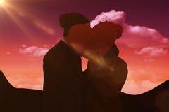 L'image composée de jeunes couples heureux tenant le coeur forment le papier Images stock