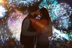L'image composée de jeunes couples heureux tenant le coeur forment le papier Image libre de droits