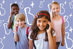 L'image composée de l'école badine à l'aide des téléphones portables dans le couloir d'école Photographie stock