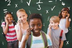 L'image composée de l'école badine à l'aide des téléphones portables dans le couloir d'école Images stock