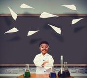 L'image composée de l'élève mignon s'est habillée comme scientifique image stock