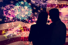 L'image composée de l'homme bel donnant à son épouse un rose a monté Photographie stock libre de droits