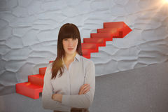 L'image composée de la femme dans son bureau avec ses bras a croisé 3d Images libres de droits