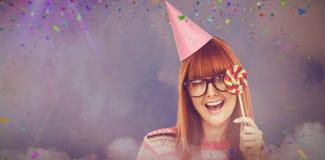 L'image composée de la femme de sourire de hippie avec la lucette et le chapeau font la fête Image libre de droits