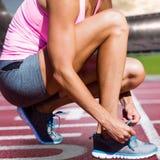 L'image composée de la fin de la sportive lace des chaussures image stock