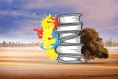 L'image composée de la pile des livres sur la peinture éclabousse Images libres de droits