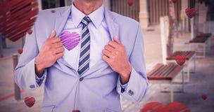 L'image composée de la section médiane de la chemise d'ouverture d'homme d'affaires aiment le super héros Images stock