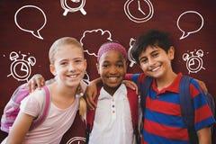 L'image composée de peu d'école badine dans le couloir d'école Images stock