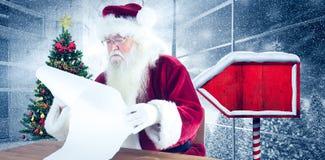 L'image composée de Santa lit une longue liste Image stock