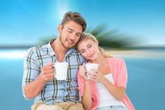 L'image composée de se tenir se reposant de jeunes couples attrayants attaque Images stock