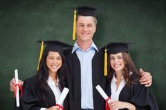 L'image composée de trois amis reçoivent un diplôme de l'université ensemble Image libre de droits