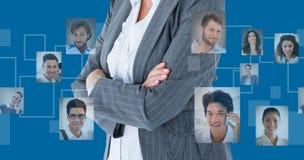 L'image composée des bras debout de femme d'affaires a croisé sur le fond blanc image stock