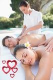 L'image composée des couples attrayants appréciant des couples massent le poolside Photographie stock