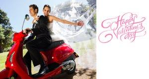 L'image composée des couples de nouveaux mariés appréciant le scooter montent Images stock